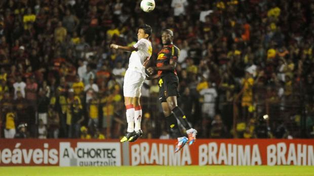 Sport e Náutico fizeram um jogo bastante disputado na Ilha do Retiro (Foto: Aldo Carneiro/Pernambuco Press)