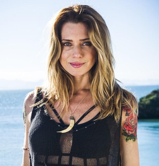 Cabelos e tattoos são marcas do figurino da personagem Lenita, vivida por Letícia Spiller (Foto: Divulgação/TV Globo)