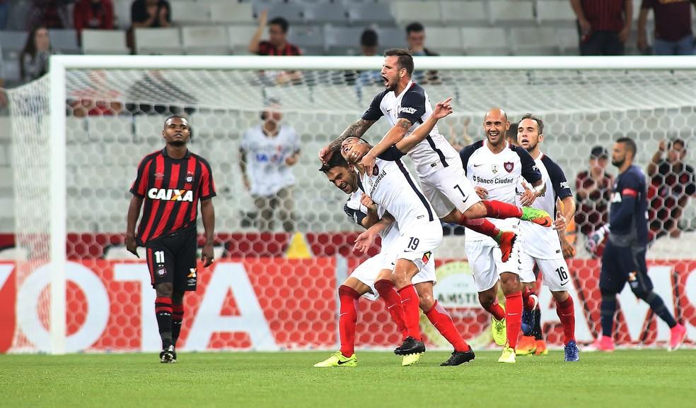 San Lorenzo conseguiu uma vitória expressiva por 3 a 0 na Arena da Baixada  (Foto: Giuliano Gomes/PR Press)