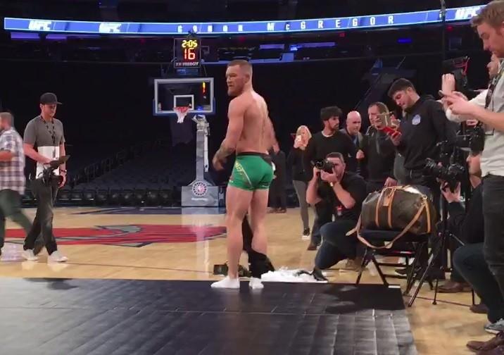 BLOG: Conor McGregor chega ao treino aberto do UFC NY com bolsa de R$ 8 mil
