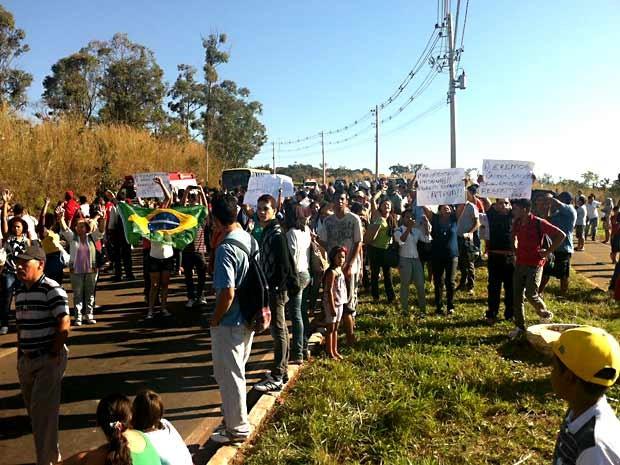Manifestantes prestam apoio aos motoristas de ônibus que entraram em greve nesta quinta-feira (20) (Foto: Gabriella Julie/G1)