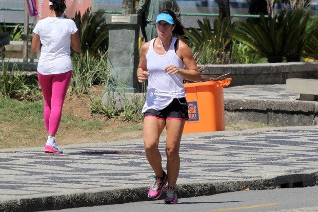 Amanda Lee mostra boa forma na orla do Leblon (Foto: J.Humberto/AgNews)