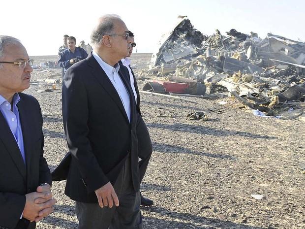Premiê egípcio vai a destroços do avião russo que caiu neste sábado (31) no Sinai (Foto: REUTERS/Stringer TPX IMAGES OF THE DAY)