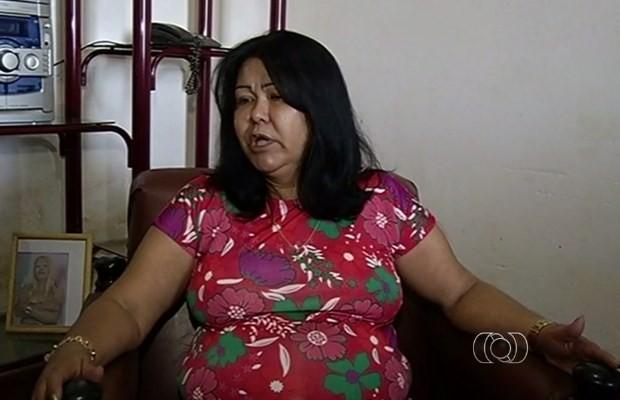 Dona de casa está entre os 150 pacientes que esperam por cirurgiam de hérnia em Itumbiara, Goiás (Foto: Reprodução/ TV Anhanguera)