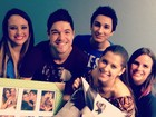 Ex-BBBs Nasser e Andressa posam com fãs em Porto Alegre