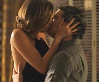 Alice dá o maior beijão em Evandro (Foto: TV Globo)