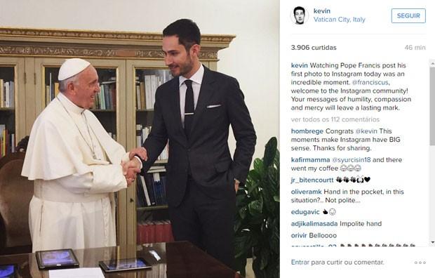 Kevin Systrom, presidente-executivo e um dos fundadores do Instagram, em foto com o Papa Francisco, no dia em que o líder da Igreja Católica estreou no aplicativo de fotos. (Foto: Reprodução/Instagram/kevin)