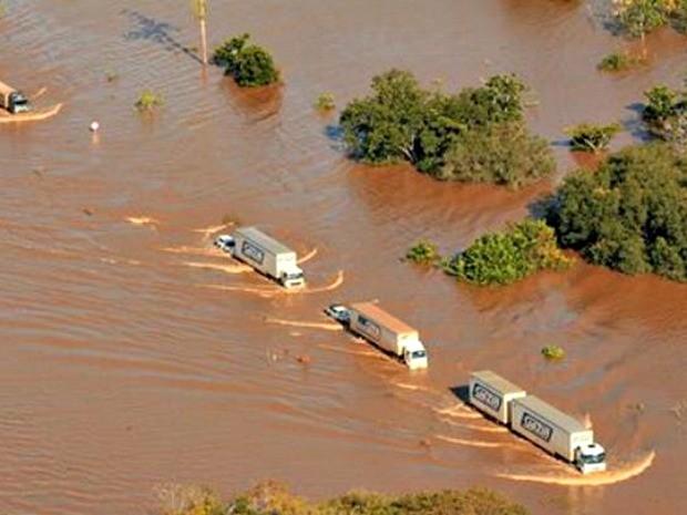 BR-364 está inundada devido a cheia do Rio Madeira (Foto: Sérgio Vale/Secom)