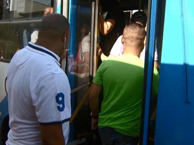 Passageiros entram em ônibus de linha urbana em Campinas (SP) (Foto: Reprodução/ EPTV)