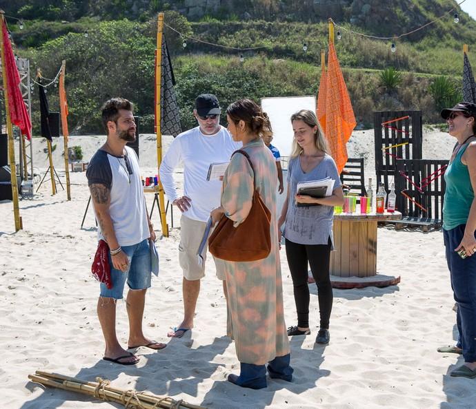 Bruno e Giovanna ensaiam uma das cenas do dia acompanhados pelo diretor Marcelo Travesso e pela equipe de  'Sol Nascente' (Foto: Ellen Soares / Gshow)