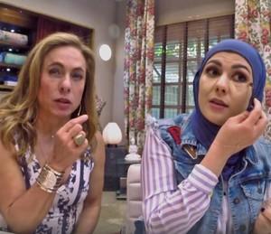 Cissa Guimarães observa atentamente as dicas de Mag Halat (Foto: TV Globo)