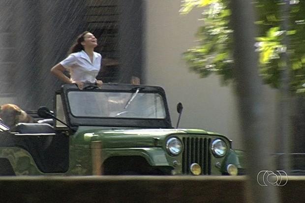 Bruna Marquezine durante gravação de novela em Goiânia (Foto: Reprodução/TV Anhanguera)