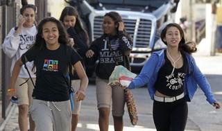 Fãs de Justin Bieber correm na porta do hotel onde ele estaria hospedado em Miami (Foto: Reuters)