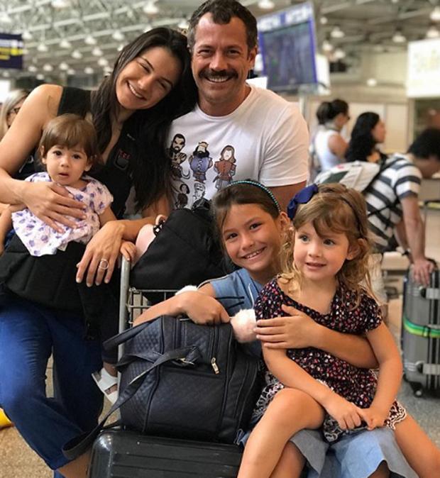 Malvino Salvador com a mulher, Kyra Gracie, e as filhas, Kyara, Sofia e Ayra  (Foto: Reprodução)