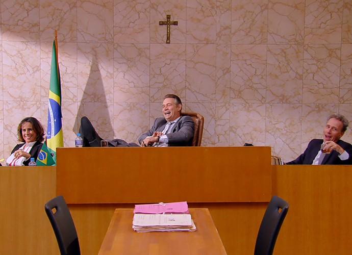 Zorra ironiza tribunal com transmissão ao vivo em esquete (Foto: TV Globo)