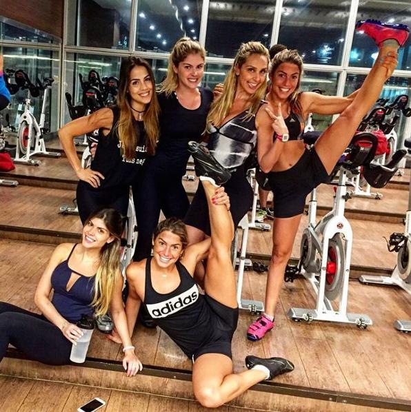 Bárbara Evans, Pérola Faria, Branca e Bia Feres posando durante treino (Foto: Reprodução / Instagram)