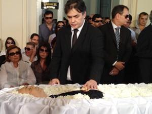 Senador Cássio Cunha Lima durante velório de Ronaldo Cunha Lima, em João Pessoa (Foto: Walter Paparazzo/G1)
