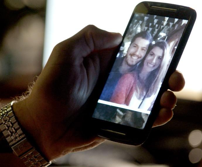 Pedro encontra foto de Lívia e Afonso em rede social (Foto: TV Globo)