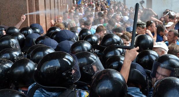 Ucranianos enfrentam a polícia de choque nesta quarta-feira (4) em Kiev (Foto: AFP)