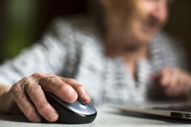 idosa usando computador, internet, conexão, idoso (Foto: Thinkstock)