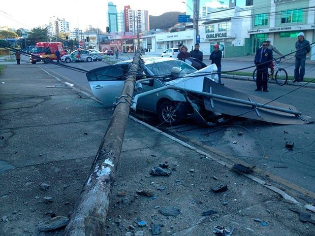 Carro colidiu contra poste na rua Silva Jardim, no centro de Florianópolis (Foto: Ernani Neto)