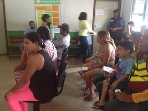 Pacientes esperando por atendimento na Unidade Básica de Saúde Lélio Silva (Foto: Aline Paiva/G1)
