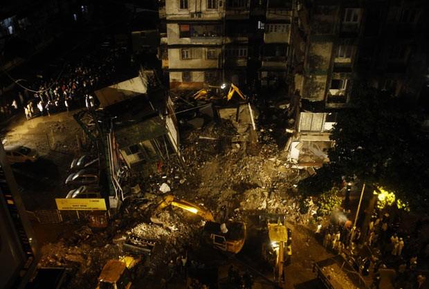 Escombros de edifício que caiu em Mumbai, na Índia, nesta segunda-feira (10) (Foto: AP)