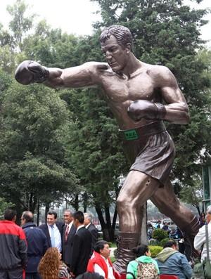 Lutador Rocky Marciano é homenageado com estátua (Foto: EFE)
