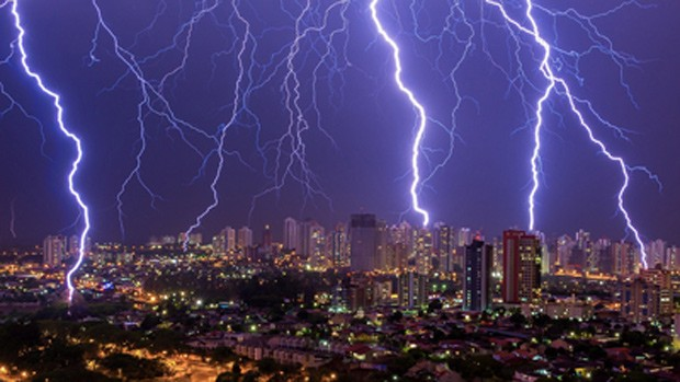 Imagem registrou vários raios em Londrina, PR (Foto: Fábio ItoELAT/INPE)