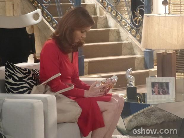 Helena recupera bibelô que foi levado por Selma (Foto: Em Família / TV Globo)