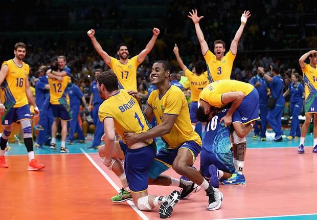 Jogadores da seleção masculina de vôlei celebram vitória sobre a Itália que  rendeu medalha de ouro eec8bacc0cf47