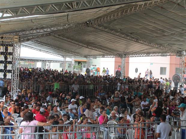 público comparece a entrega do Residencial Vivendas Petrolina I e II em Pernambuco (Foto: Juliane Peixinho/ G1)