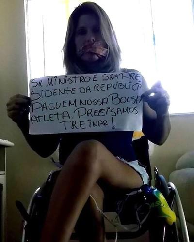 Adriana Azevedo, protesto nadadora paralímpica (Foto: Facebook)