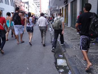 População não contribui e joga lixo no chão (Foto: Luna Markman/ G1)