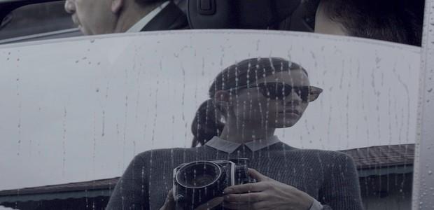 Cena do curta do diretor Chris Joys, sobre uma fotógrafa cega (Foto:  Divulgação e Reprodução)