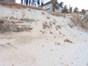Barranco onde o corpo do taista foi encontrado (Foto: TV Verdes Mares/Reprodução)
