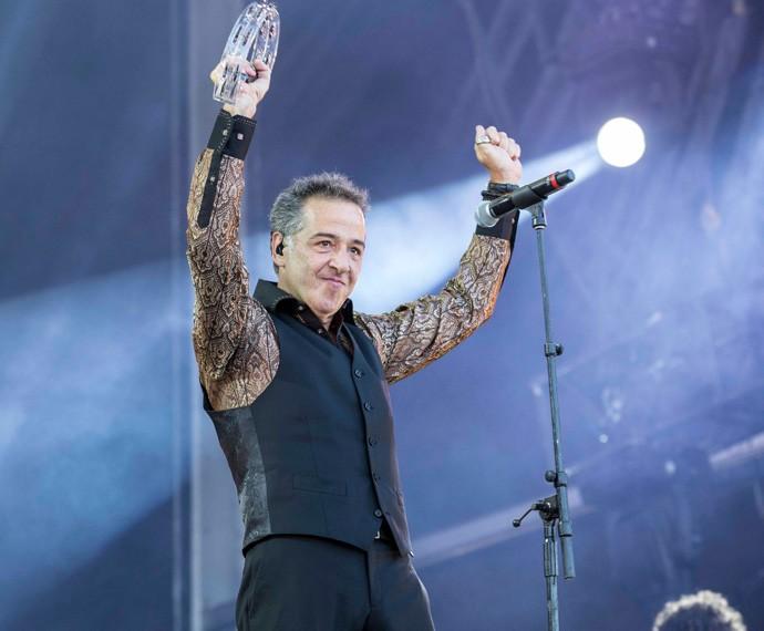 Nasi, vocalista do Ira! lança o colete, no pretinho básico  (Foto: Inácio Moraes / Gshow)