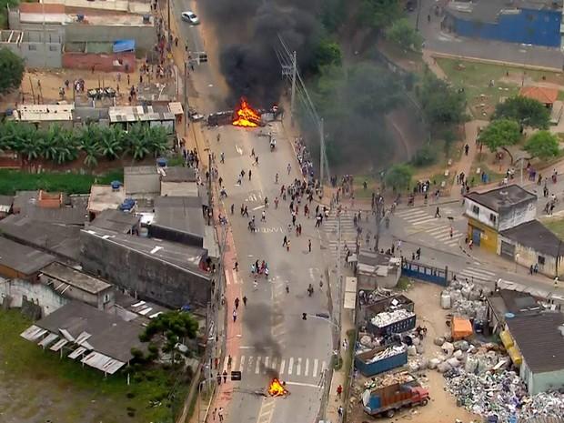 Dois pontos de incêndio bloqueiam avenida na Zona Leste de SP (Foto: Reprodução/TV Globo)