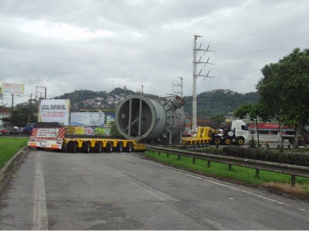 Carreta bloqueia pista marginal da Anchieta na entrada de Santos (Foto: Roberto Strauss/Arquivo Pessoal)