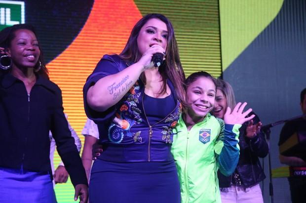 Atletas brasileiros se divertem ao som de Preta Gil (Foto: Anderson Borde/AgNews)
