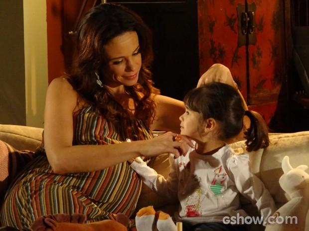 Juliana consegue levar Bia para sua casa (Foto: Em Família / TV Globo)