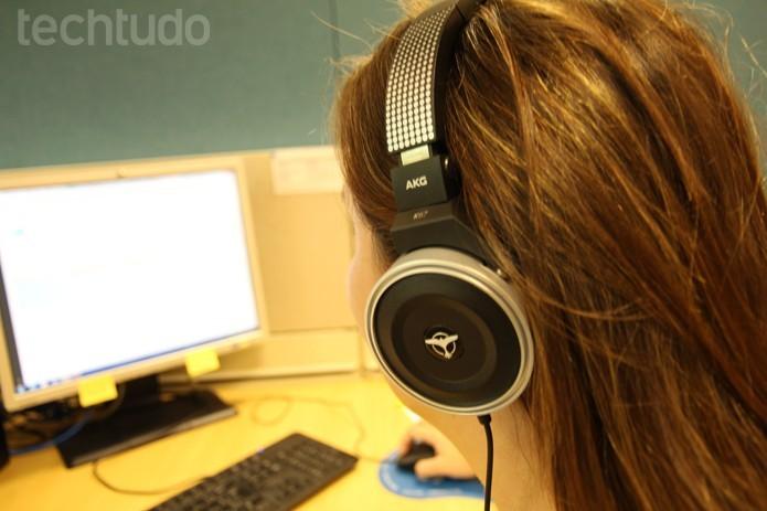 Ajuste o posicionamento do fone de ouvido para o som fluir da melhor forma (Foto: Luciana Maline/TechTudo)