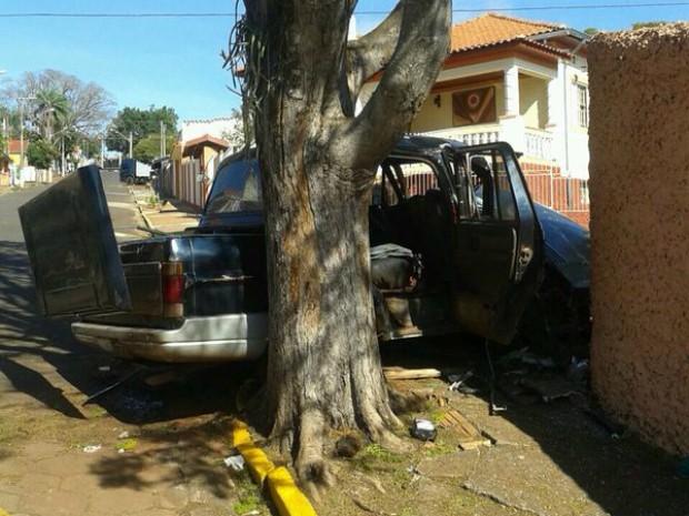 Três pessoas que estavam no veículo ficaram feridas (Foto: Divulgação / Polícia Militar)