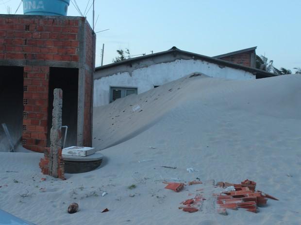 Casa na Praia de Maramá ficou completamente coberta pela areia (Foto: Ellyo Teixeira/G1)