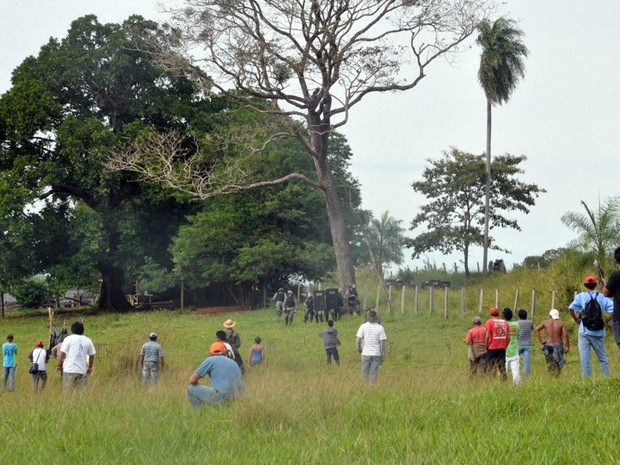 Indígenas e policiais frente a frente na fazenda Buriti (Foto: Tatiane Queiroz/G1 MS)