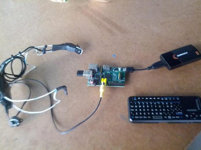 Versão caseira do Google Glass feito com Raspberry Pi (Foto: Reprodução/Geeknizer)