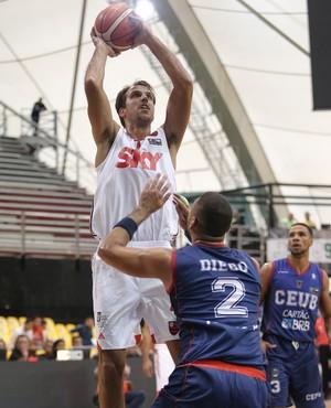 Marcelinho arremessa diante da marcação de Diego (Foto: Jose Jimenez-Tirado/FIBA Americas)