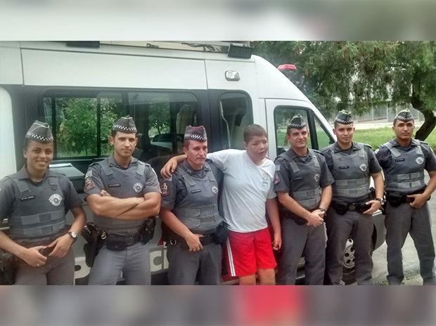 Policiais posaram ao lado de Wemerson Murilo  (Foto: PM/Divulgação)