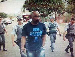 Fabiano Larangeira, ex-gestor do Noroeste, deixa o clube escoltado pela Polícia (Foto: Reprodução / TV TEM)