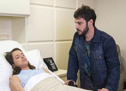 Giovanni visita Camila no hospital, e ela reage